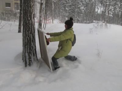 Minna maalaamassa lumihangessa
