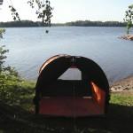 PÄIVÄKIRJA LINTUSAARELTA 2006<br /> Olen viettänyt Lågskärin lintusaarella Ahvenanmaalla useita öitä teltassa, ja päässyt näkemään ja kuulemaan aitiopaikalta, miltä saariston kevätaamu tuntuu. Teokseeni Päiväkirja lintusaarelta olen jäljentänyt muistiinpanojani ja havaintojani saarella näkemistäni lajeista. Teltassa voi istua katsellen suomalaisen linnuston kirjoa, ja teltan aukoista voi tehdä omia havaintoja Kivinokan lajeista.