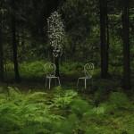 KESÄYÖN UNELMA 2007<br /> Tein työni hämärään metsään metsäkortteiden ja sammalten keskelle. Tavoittelen mielikuvaa paikasta, johon perhoset kerääntyvät parveilemaan. Olen miettinyt työni lähtökohtana erästä luonnon mysteeriä, yöperhosten kerääntymistä valolle.Teoksessani parveilun syy ei näy, se on meille näkymätön salaisuus.Olen virkannut teoksen perhoset.