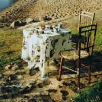 Pitkä kahvihetki 2003<br /> Teokseni koostuu kahden hengen kesäisestä kahvipöytäkattauksesta. Olen maalannut kaikille pinnoille jäkäläkuvioita. Lisäksi teokseen kuuluu joitain jäkälien peittämiä kiviä.